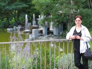 Фонтан в парке цветов в Париже