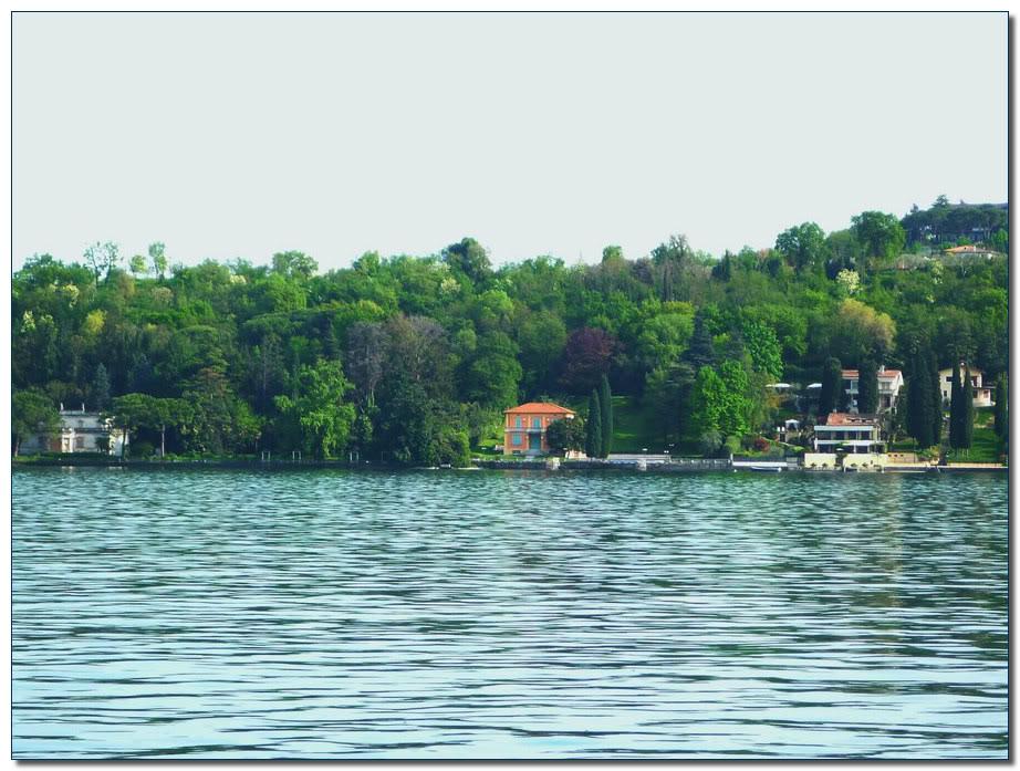 Эта фотография противоположного берега бухты сделана на набережной Сал'о.