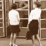 Девушки у телефонной будки