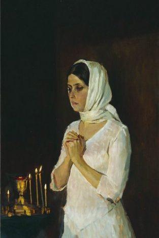 Девушка в белом платье в церкви