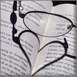 открытая книга и очки