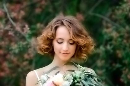 красивая девушка в цветущем саду