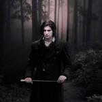 мужчина в мрачном лесу