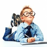 Мальчик в очках с ручкой и тетрадкой