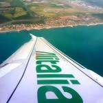 Крыло самолёта Al'Italia над морем