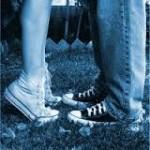 мужские и женские ноги в кроссовках