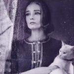 грустная женщина с котом на руках