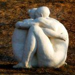 Скульптура - обнявшиеся влюбленные
