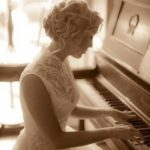 Красивая девушка за роялем