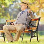 Пожилой мужчина на лавочке в осеннем парке